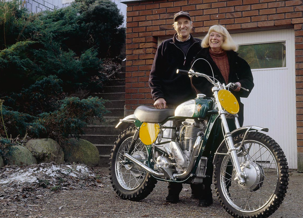 De kampioen zelf naast zijn vrouw Britt en de gerestaureerde Lito. Foto: mxworksbike.com