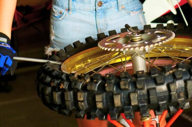Techniek: Hoe vervang je een motorcrossband?