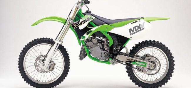 Video: KX125 van 2001 neemt het op tegen moderne viertakten!