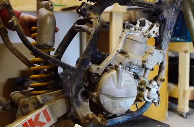 VIDEO: De restauratie van een crossmotor. Zo begin je eraan!