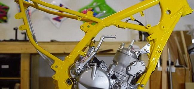 VIDEO: De restauratie van een RM250. De motor en het frame herenigd.