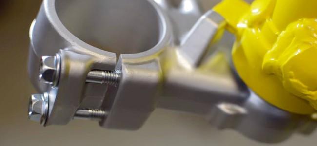 VIDEO: De restauratie van een RM250. Montage van het balhoofd.