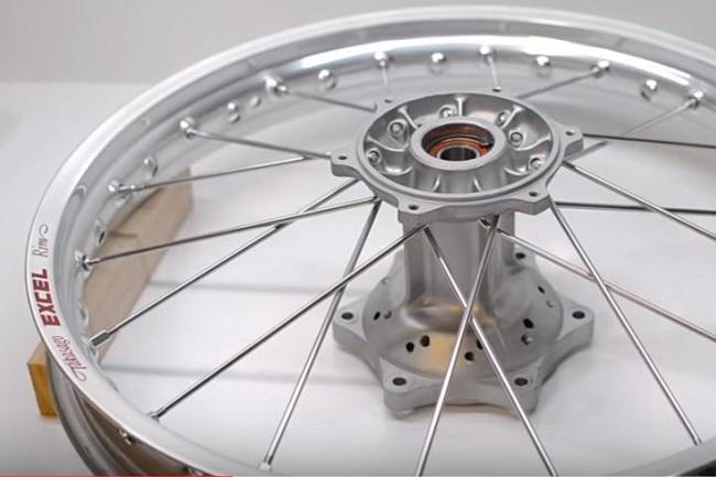VIDEO: De restauratie van een RM250. De wielen!
