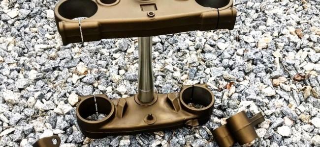 Techniek: een triple clamp behandelt met Cerakote.