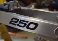 VIDEO: De restauratie van een RM250. De swingarm.
